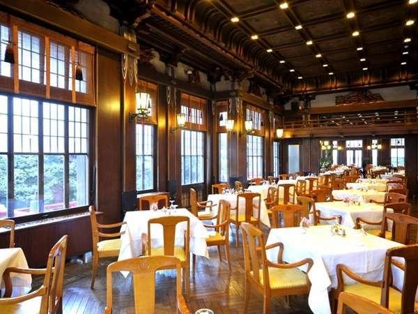 【レストラン・フランス料理】日中には、大きな窓から四季折々の美しい風景が広がります。