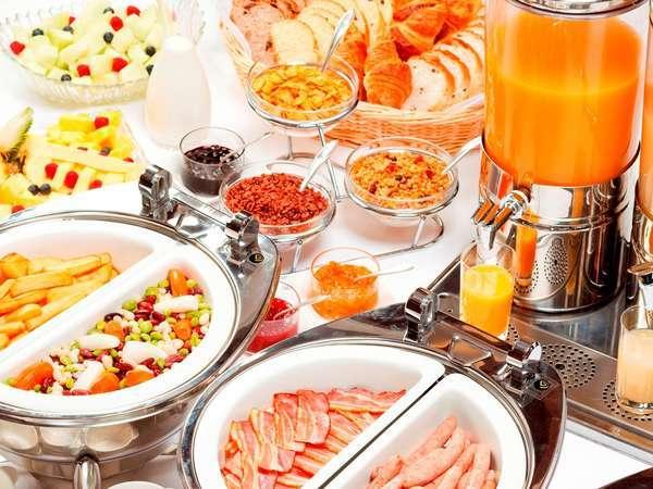 洋食ブッフェではサラダやフルーツなどをお好きなだけお召し上がりいただけます♪