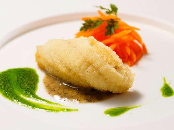 料理長おすすめディナー「セゾン」:ほうぼうのフリット 菜の花のピュレにタプナードソース