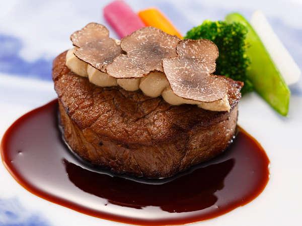 ワンランク上のディナーコース「富士屋浪漫」:牛フィレ肉のステーキにフォアグラのピュレ トリュフ添え