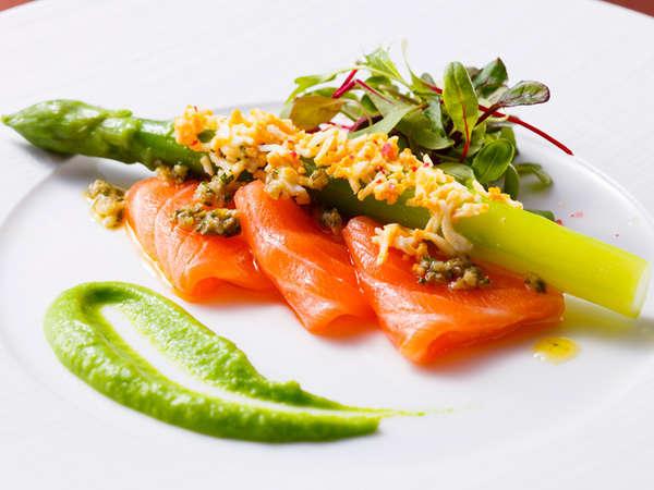 料理長おすすめディナー「セゾン」:サーモンマリネにグリーンアスパラのミモザ風
