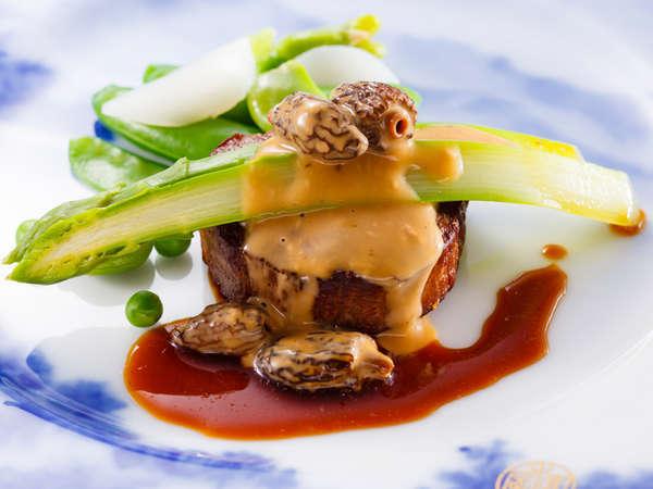 ワンランク上のディナーコース「富士屋浪漫」:牛フィレ肉のステーキにモリーユ茸のクリーム煮
