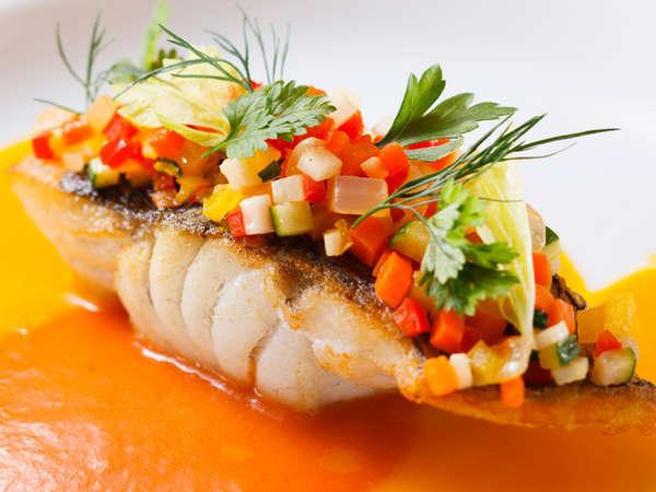 料理長おすすめディナーコース「セゾン」スズキと香味野菜のエチュベ コート・ダジュール風