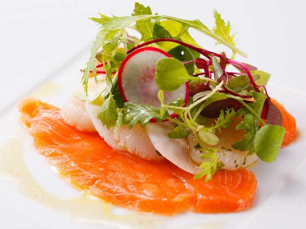 料理長おすすめディナーコース「セゾン」帆立貝とサーモンのマリね柚子風味のヴィネグレット