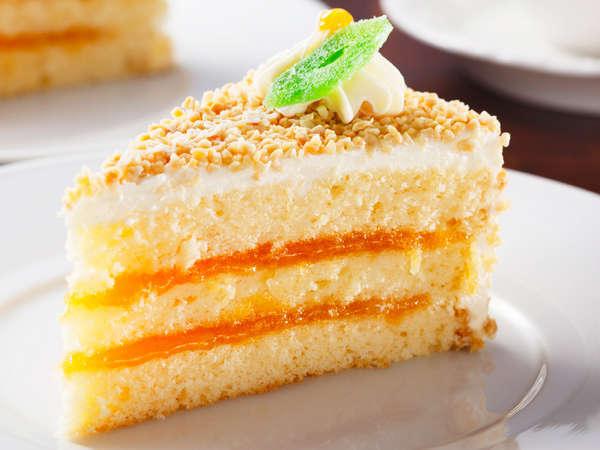 杏ジャムの酸味とバタークリームの濃厚な甘さ、アーモンドの食感が楽しめるナッツトルテ(期間限定)