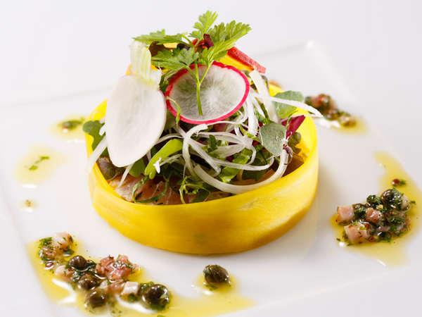 料理長おすすめディナーコース「セゾン」炙り鰤のサラダ ピカントソース