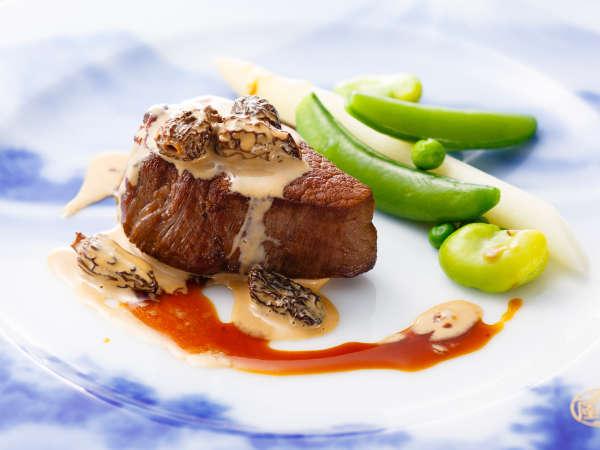 ディナーコース「富士屋浪漫」牛フィレ肉のステーキにモリーユ茸のクリーム煮