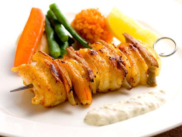 【洋食プリフィクスディナー】主菜メニュー一例:車海老と鮑のブロシェット
