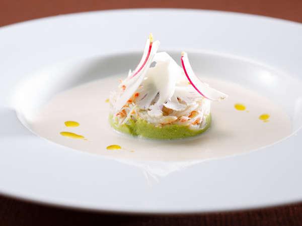 「富士屋浪漫」カリフラワーのブルテにアボガドのムース蟹肉とキャビア