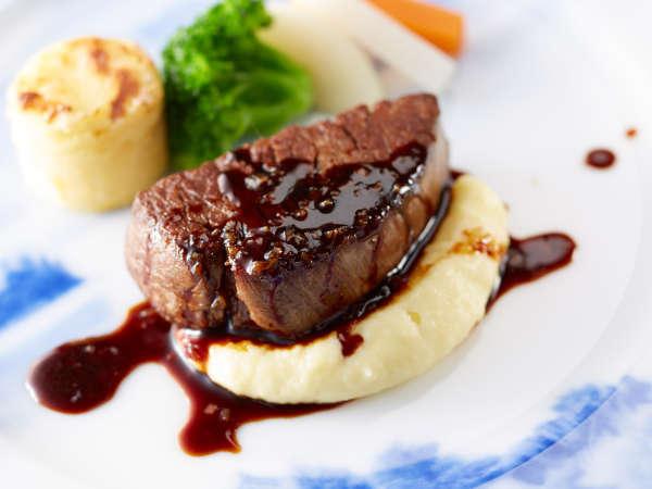 「富士屋浪漫」牛フィレ肉のステーキ エシャロット入り赤ワインソース 6月~8月のメニュー