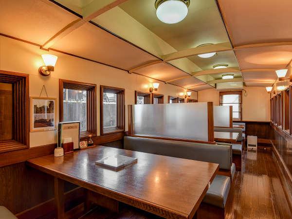 *【食堂本館】車両レストラン。テーブル席もございます。
