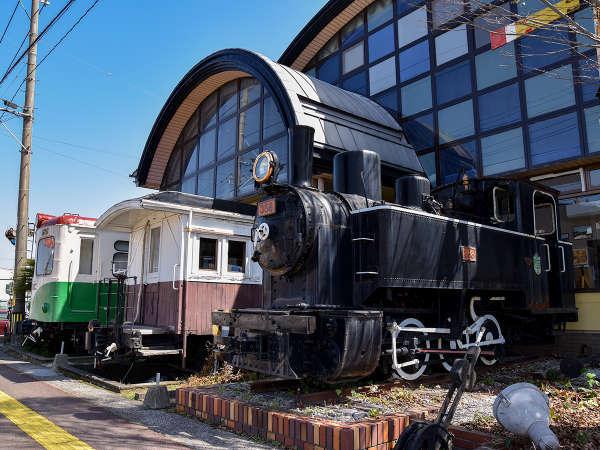*【食堂本館外観】蒸気機関車・木造客車・気動車が並んでおります。