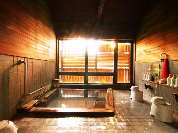 ちょっと小さめな湯船が蔵王のお宿の特徴です。濃い本物の温泉をご堪能下さい 女湯