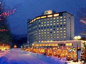 冬のホテル全景と、純白の雪にキラメクまるで宝石箱のようなイルミネーションⅢ