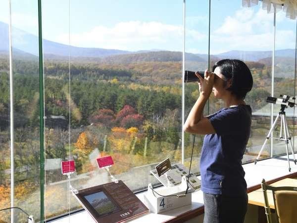 展望ロビー 望遠鏡を岩手山を観察