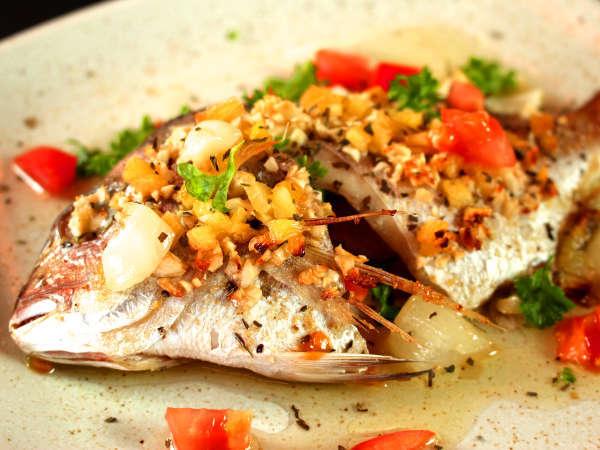 ガーリックが効いた「鯛のオリーブオイル焼き」これを目当てに訪れるお客様も!