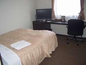 広めのお部屋でダブルサイズベッド