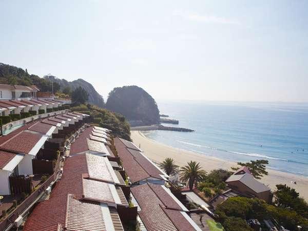 雛壇段式の建物と多々戸浜が目の前なのが当館の売りです