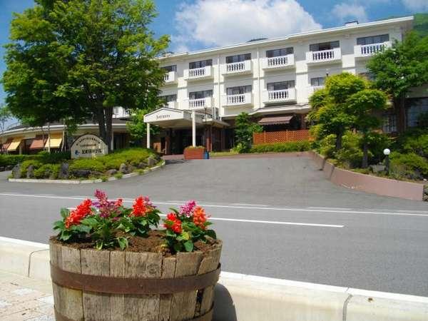 花と緑に包まれた、足和田ホテル外観