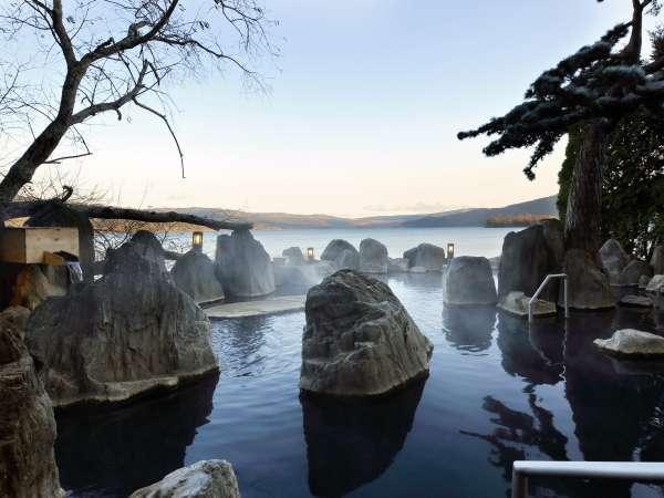 ■1F庭園露天風呂「鹿泉の湯」/湖との境目は岩一枚。まるで阿寒湖の中に入っているかのようです。