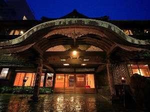 本館玄関~唐破風門建築当初のままの門構え。