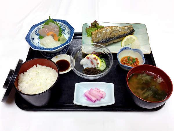 日替夕食は地元産の魚貝・野菜を使ったお料理中心にお出しします。(写真は一例です)