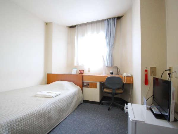 シンプルでゆったりとしたスペースのあるお部屋です。椅子・テーブルも配置しました