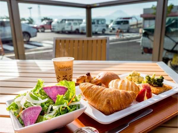 無料健康朝食:ご当地メニューなど日替わりバイキングで一日の活力を☆