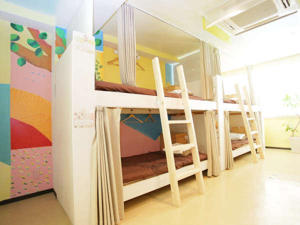 カーテン、ロッカー、ハンガー、読書灯を全ベッドに完備