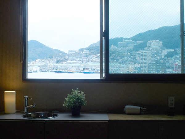 窓からは長崎港、稲佐山と長崎らしい眺めが