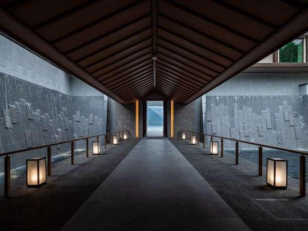 入り口を入ると滝の回廊がお迎えいたします