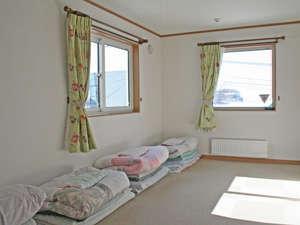 和室(カーペット床)・6畳または8畳間。原則相部屋。布団の上げ下げはセルフサービス。