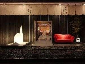 2009年末エントランスがリニューアル 白いオブジェと赤いソファがお迎えします