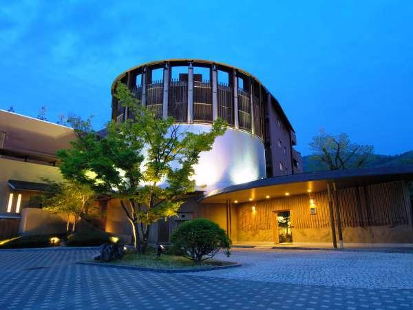 【外観】城下町・松本の奥座敷に佇むモダンな外観の建物。「星野リゾート 界 松本」へようこそ※