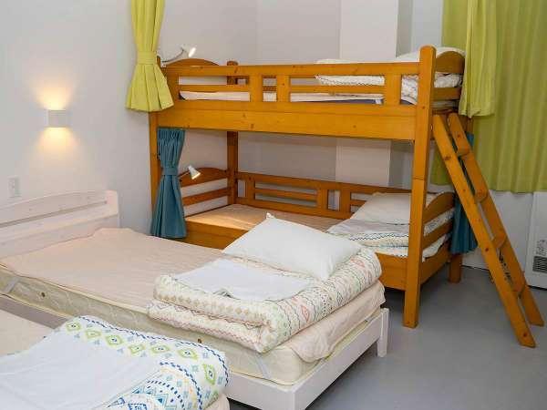・<一室貸切ファミリールーム>ベッドは横並びに配置してます