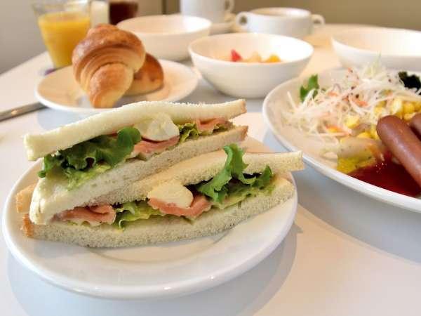 ご朝食はスモークサーモンとクリームチーズのサンドイッチ、またはハムとトマトのサンドイッチをチョイス
