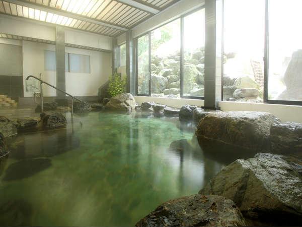 源泉100%掛け流しの湯をたたえた岩風呂:大理石風呂。冬には大窓から眺める雪見風呂も満喫できます。