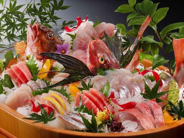【直前割1,500OFF】 近隣の漁港から毎朝仕入れる新鮮魚介の桶盛りとアワビ付きベーシックプラン