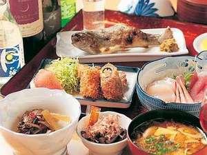 地元の食材を生かしたお料理。芋の子汁は名産ホロホロ鳥の出し汁で絶品!