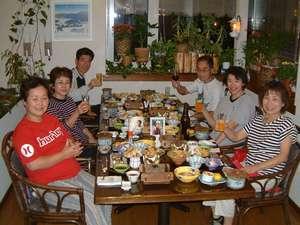 お食事は開放感のある吹き抜けのラウンジで賑やかにお楽しみ下さい。お座敷もあります。