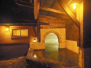 満天の星空の下、ランプの灯りで情緒たっぷりの洞窟露天風呂。貸切入浴もOK!