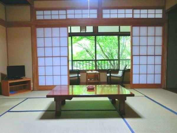 落ち着いた和室です。窓の外は自然の林におおわれています。
