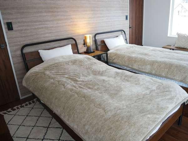 【2階寝室】2台のシングルベッドがあります