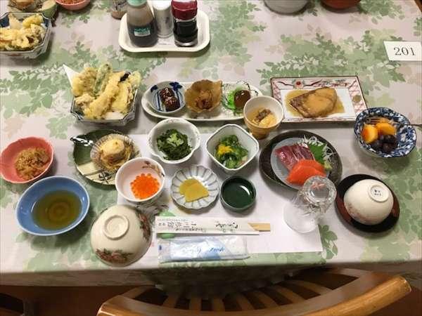 夕食(その日仕入れた旬の物をお出ししています)