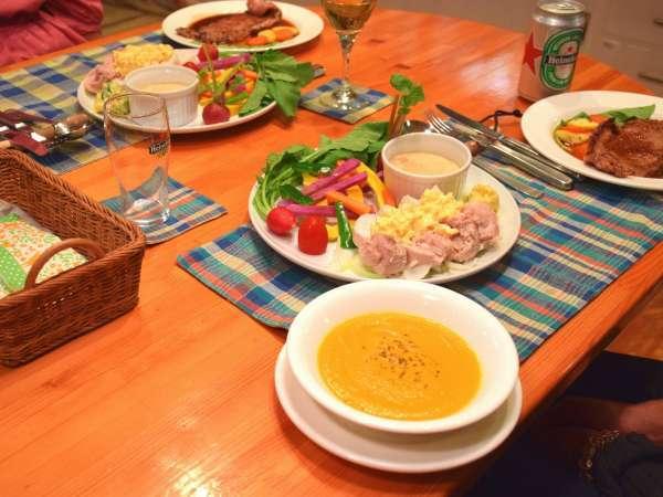 夕食の一例。季節の素材を使って彩り豊かに仕上げます。