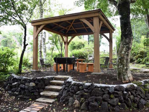 ペンションのお庭にあるガゼボスペースで野鳥のさえずりをBGMにBBQをやランチをお楽しみ下さい♪