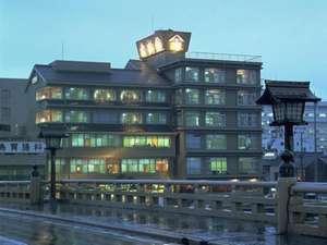 松江大橋の北詰に位置し、大橋川・宍道湖を一望できる。