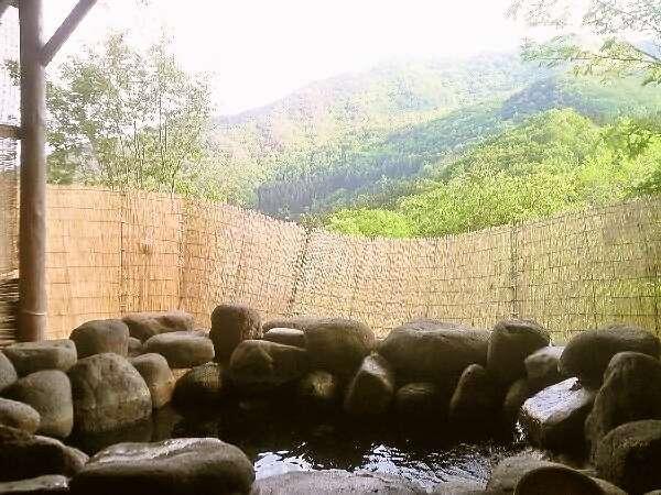 温泉露天風呂は展望抜群!星空や四季の景色を貸切でお楽しみください。高い屋根付きで開放感たっぷりです。