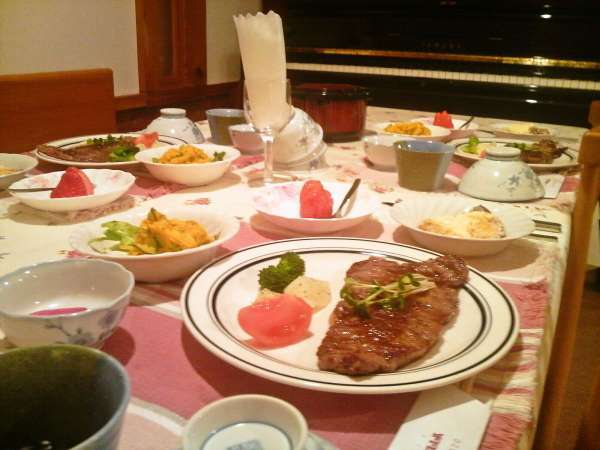 ステーキプランご夕食の一例。メインは山形産黒毛和牛200gのサーロインステーキです。