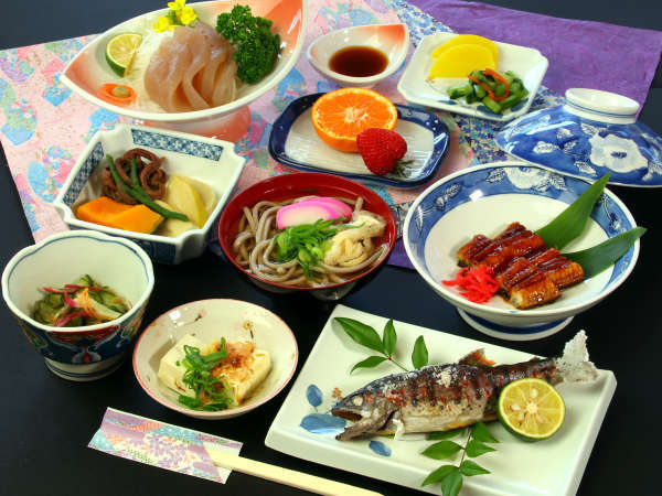 お山荘の里山料理です。地元の郷土料理をご堪能ください!